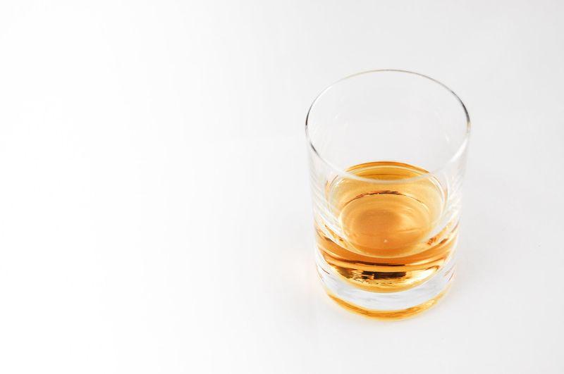 Малките количества алкохол разширяват кръвоносните съдове и смъкват кръвното. Големите количества го повишават.