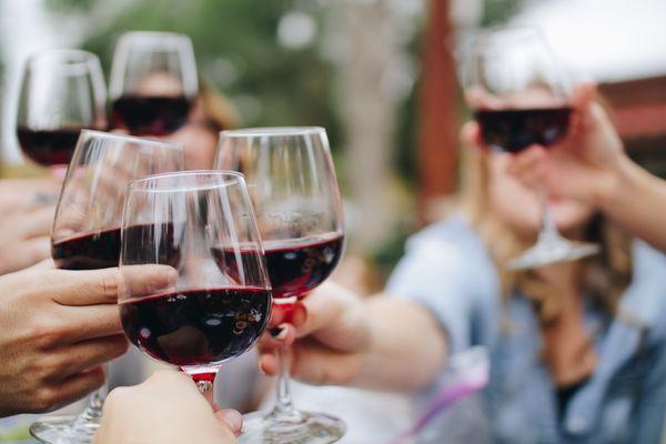 Редовната консумация на алкохол може да има ползи или вреди, в зависимост от индивидуалния риск от сърдечно-съдови заболявания.