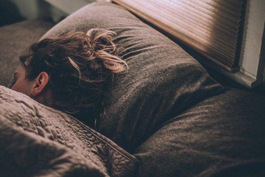 Колкото повече остарявате, толкова повече дълбокият сън се заменя с повърхностен