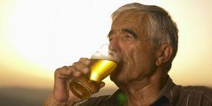 Българите в активна и напреднала възраст рядко се ограничават с бира, като на снимката. Най-често приемът е домашна ракия, между 100 и 200мл вечер.