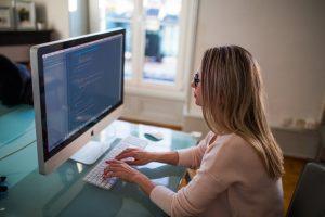 Неергономична седяща поза при работа с компютър.