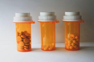 Таблетки и капсули с различни видове антибиотици.