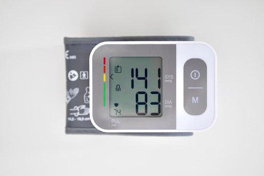 Апарат за измерване на кръвно налягане показващ хипертония.